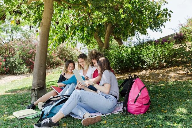公園で勉強している若者たち