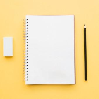 学校のコンセプトのための空のノートブック