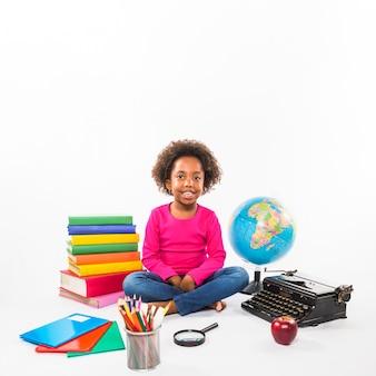 Дошкольник с учебными инструментами в студии