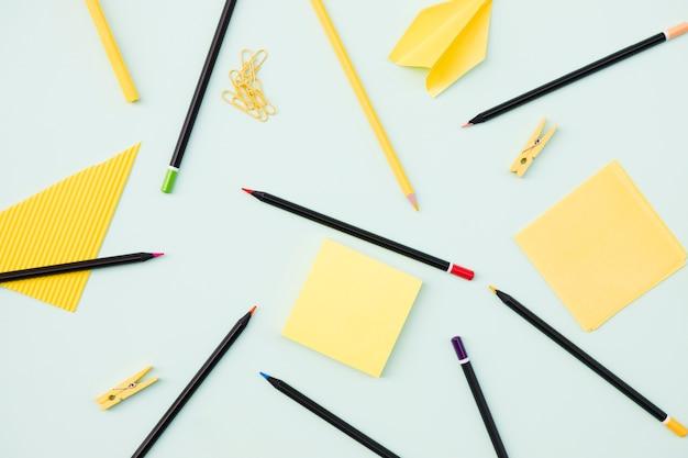 Набор карандашей и красочных бумаг