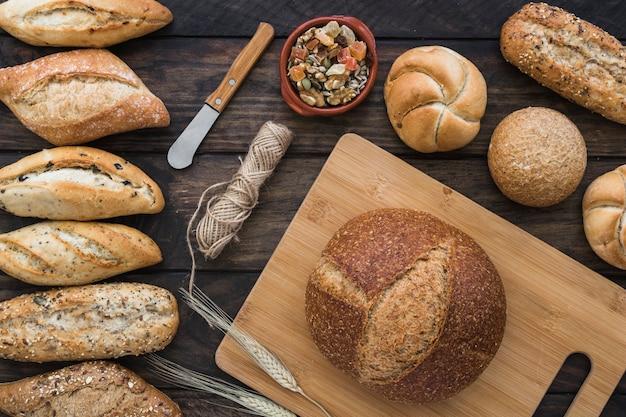 ナイフと糸の近くに砂糖漬けの果物とパン