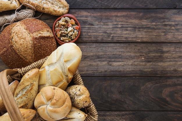 パンとバスケットの近くの糸と砂糖漬けの果物