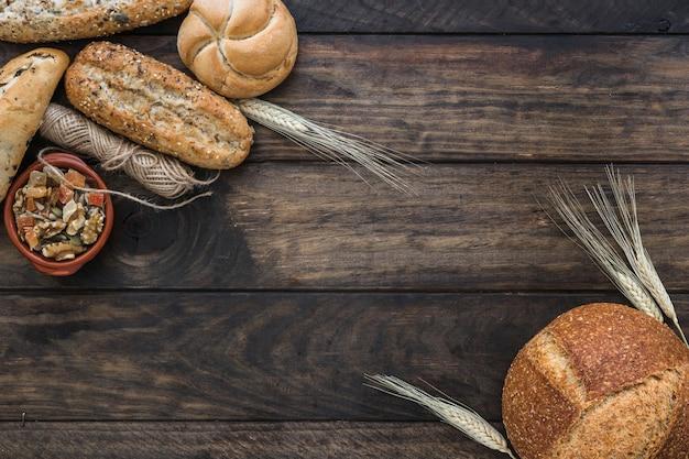 糸とナットの近くのパンと小麦