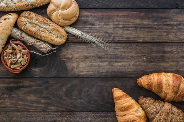 糸とパンの近くに砂糖漬けの果物