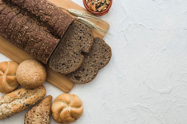 Булочки, лежащие возле хлеба