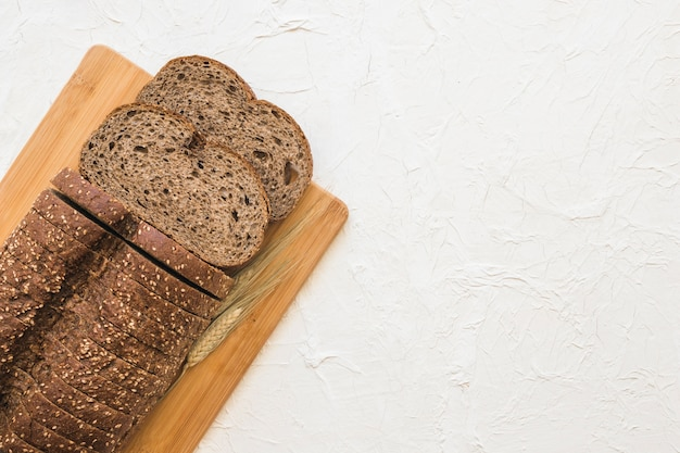 Пшеница возле вырезанного хлеба