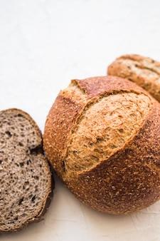 Крупный план свежий хлеб на белой поверхности