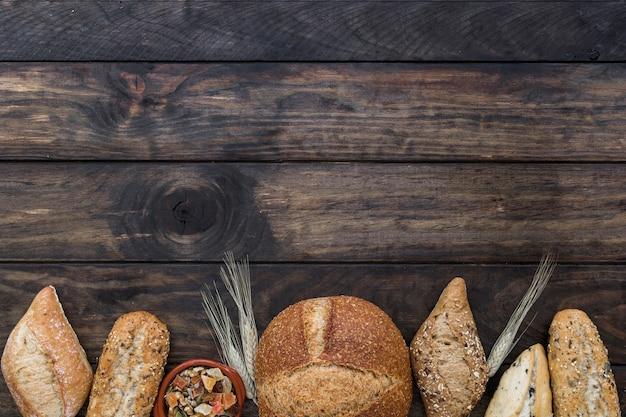 パンは木製のテーブルの上にプレートで食べる