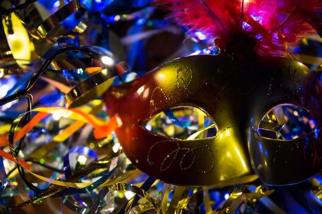 マスクを持つカラフルなカーニバルの組成