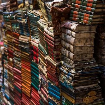 ヴィンテージスタイルの古い本の山