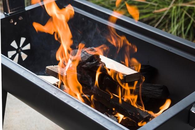 バーベキューグリルで焼く炭