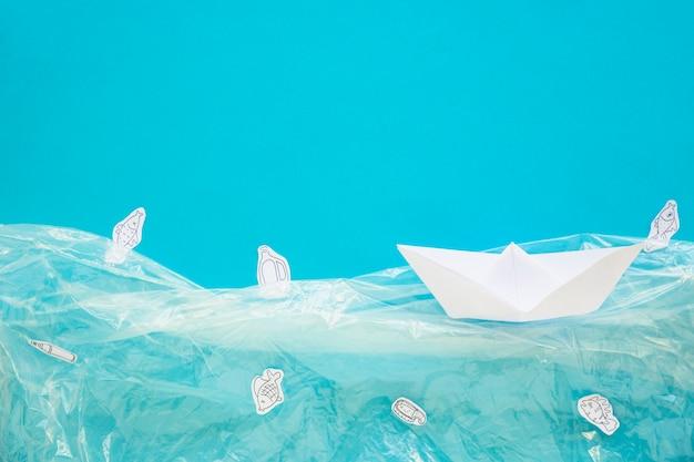 Корабль, плавающий в пластиковой воде