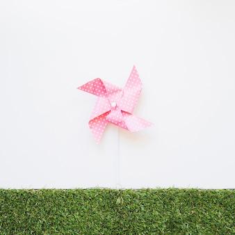 草の上に風を吹くおもちゃ