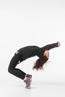 白い背景に踊る柔軟な若い女性
