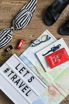 服装、地図上に女性の肖像画を描き、木製のテーブルにテキストを旅行させる