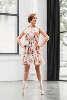 女性、バレリーナ、花、ドレス、立つ、靴