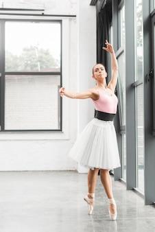 エレガントなバレエダンサーダンススタジオでダンス