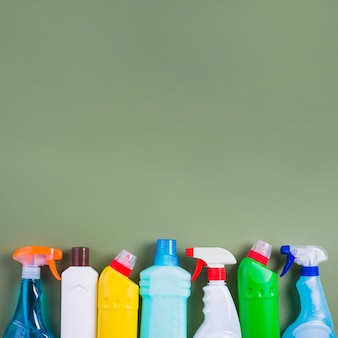Яркие пластиковые бутылки на зеленом фоне