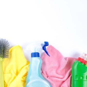 Повышенный вид салфеток, пластиковых бутылок и кисти на белом фоне