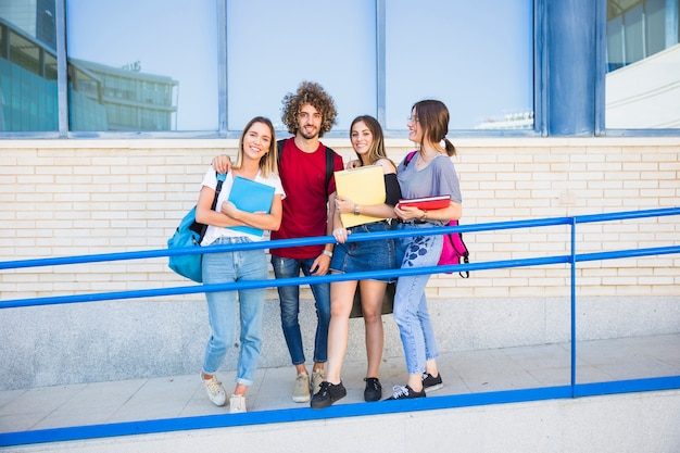 若い人たちが大学の近くのランプに立っています