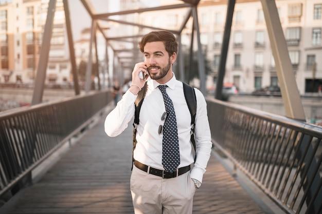 携帯電話で話す若い男性旅行者