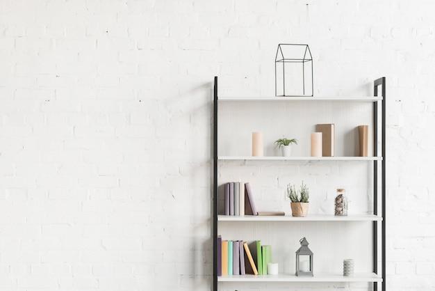 リビングルームの棚に書籍、ショープラント、キャンドル