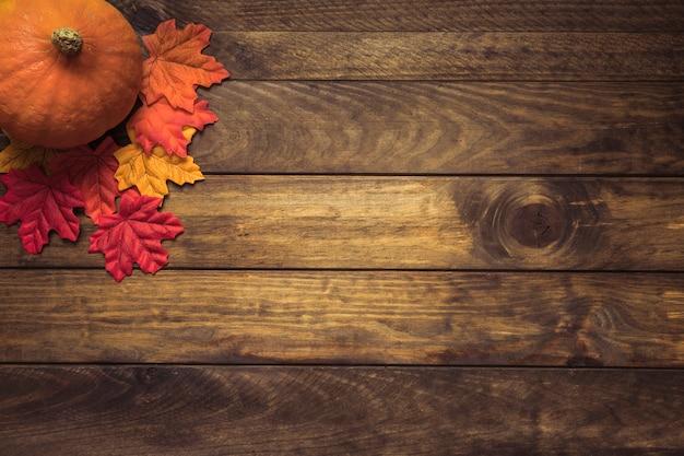 オレンジ色のカボチャ、秋の葉