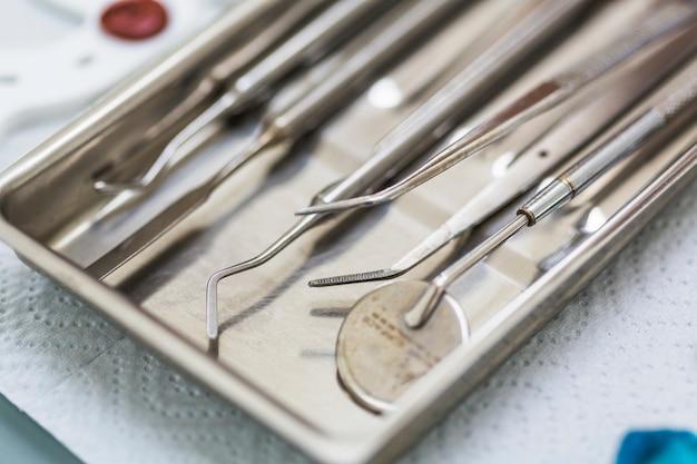 Крупный план различных стоматологических инструментов