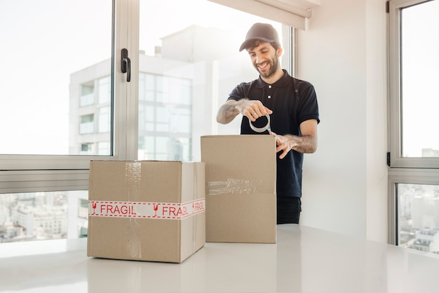 Доставка человека, связанного картонные коробки