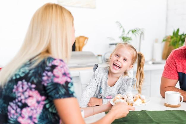 Счастливая семья, завтракая дома