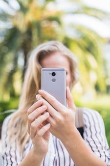 Женская рука с автопортретом с умного телефона