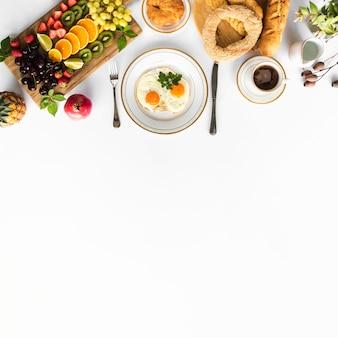 健康的な朝食と白い背景にテキストのためのスペース