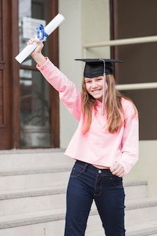 卒業証書を持つ陽気な女の子
