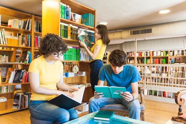 Подростки проводят время в библиотеке