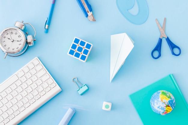 Абстрактные офисные принадлежности на синем