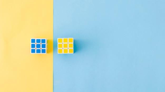 構図に立っているパズルキューブ