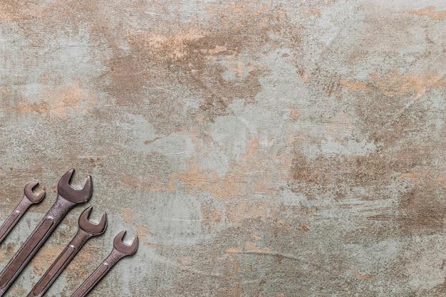 古い木製の背景にスパナの高い角度のビュー