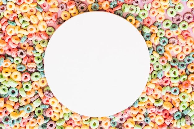 カラフルなシリアルループの背景に白い空白の丸いフレーム
