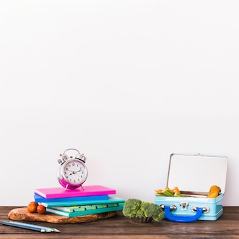テーブル上の学校用品と弁当箱