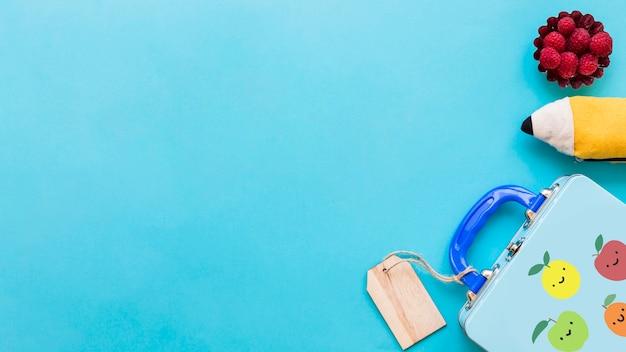 ターコイズブルーの表面上の子供の学校の詳細のフラットなレイアウト