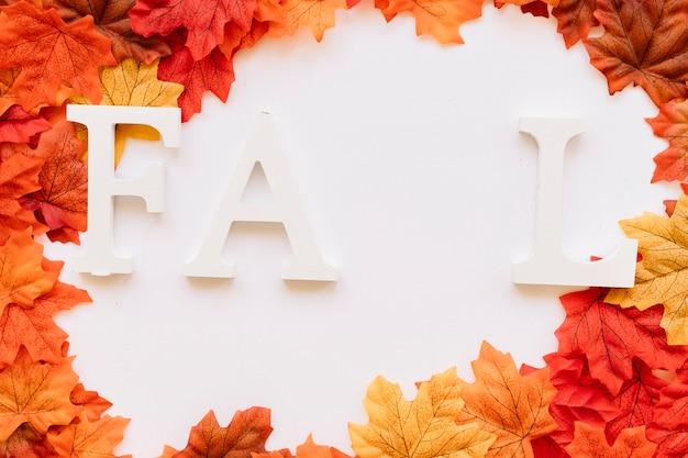 Концепция пропущенных букв на осенних листьях