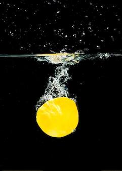 Свежий органический растворимый в воде лимон