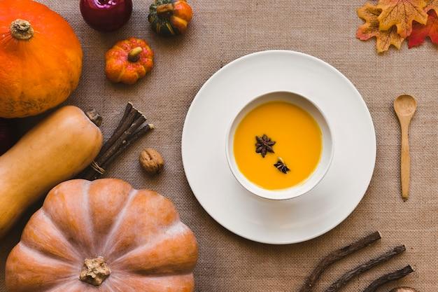 カボチャのスープの近くに横たわるスクワッシュ