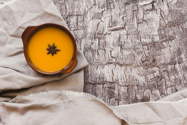 美味しいカボチャのスープのボウル