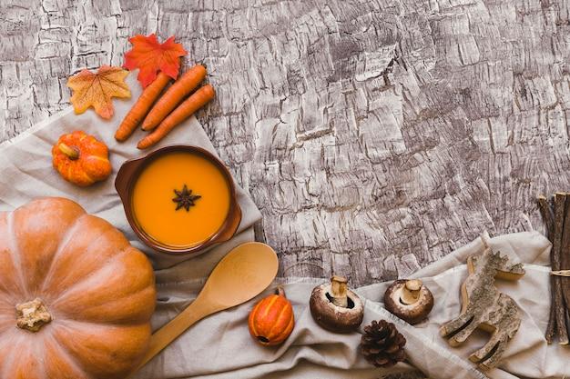 テーブル上のスープの近くに秋のシンボル