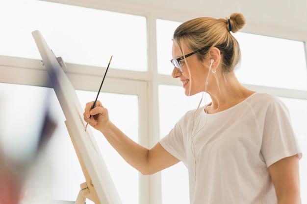 幸せな女性モデルと素敵な芸術構成