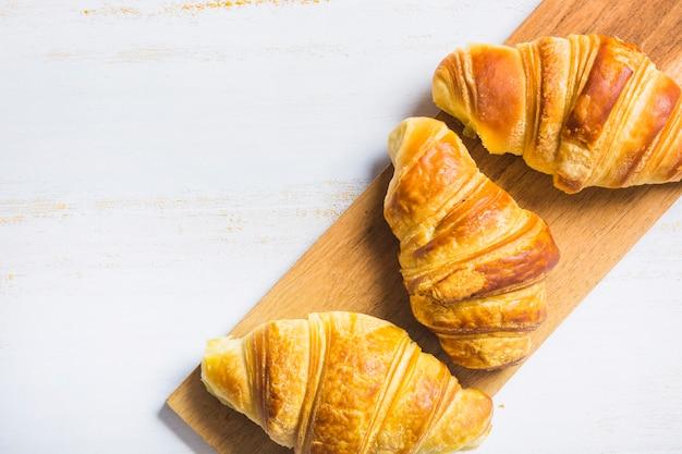 ボード上に横たわるおいしいパン