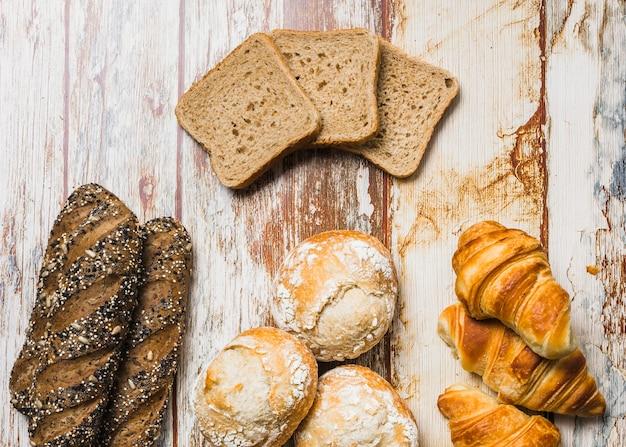 新鮮なパンの近くに横たわるトースト