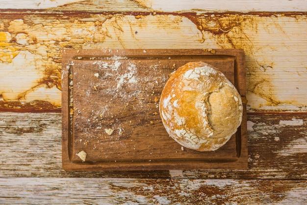 ボード上のパンと小麦粉