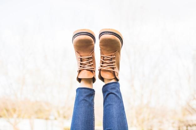 秋の服を着て脚を上げる